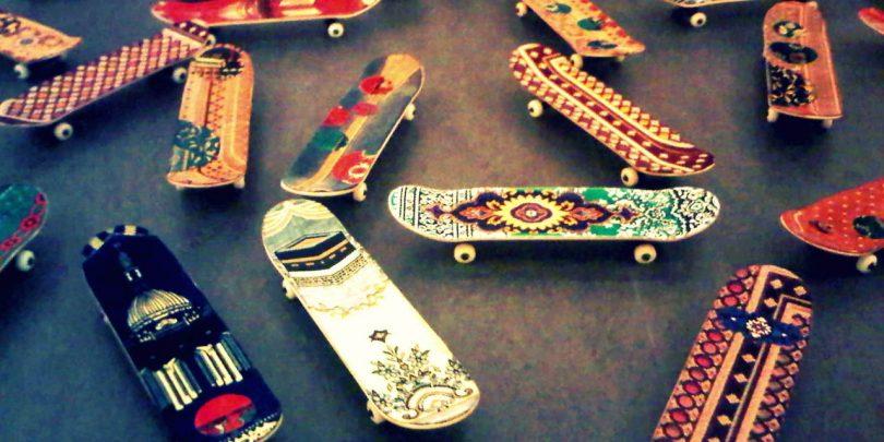 несколько миниатюрных скейтбордов