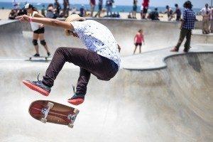 скейтбордист выполняет трюк