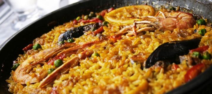 паэлья из морепродуктов и желтого риса