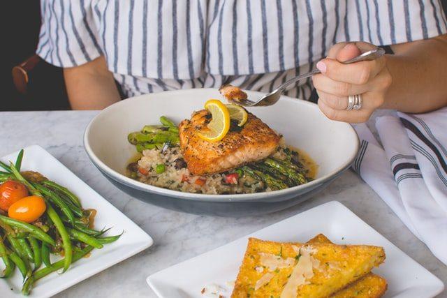 лосось на белой тарелке