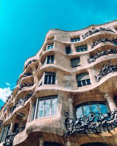 фасад дома Ла Педрера