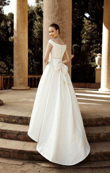 девушка в свадебном платье среди колонн