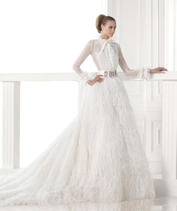 женщина в длинном белом платье