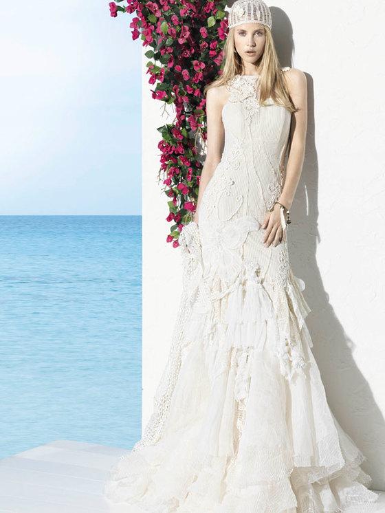 девушка в белом платье и шапке на фоне моря