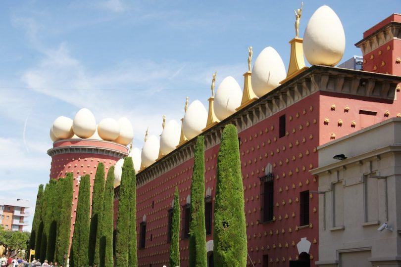 фасад театра-музея Дали в Фигерасе