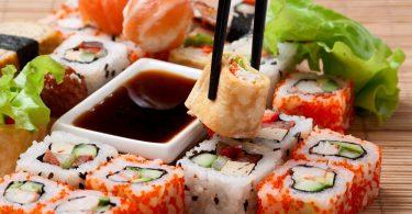 оранжевые суши на тарелке