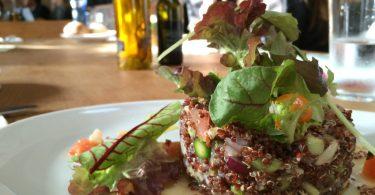 блюдо здоровой пищи в ресторане