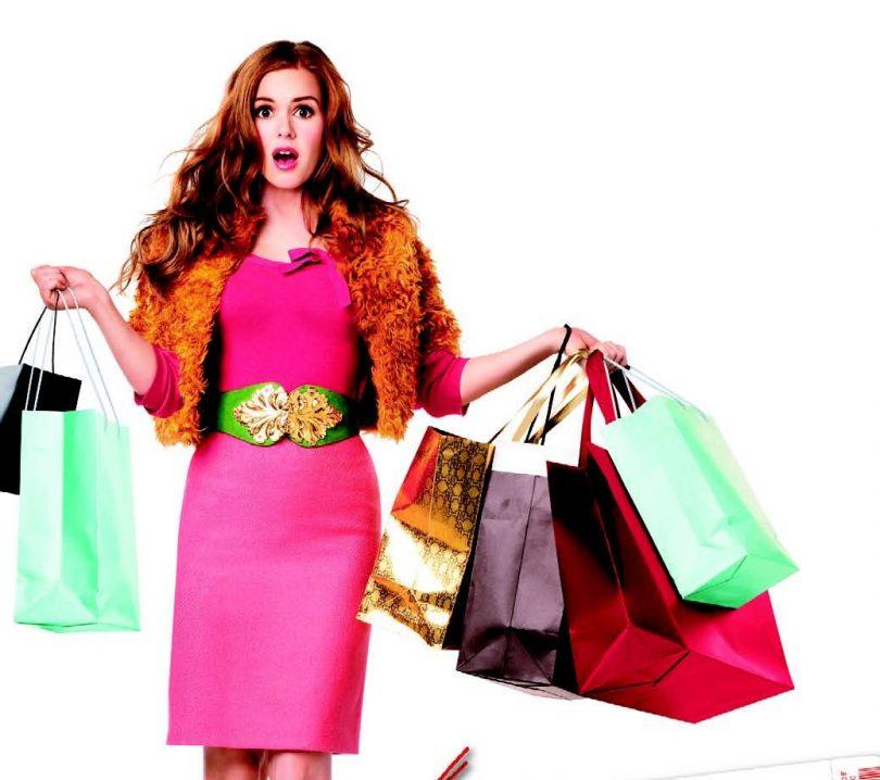 девушка в розовом платье держит пакеты с покупками