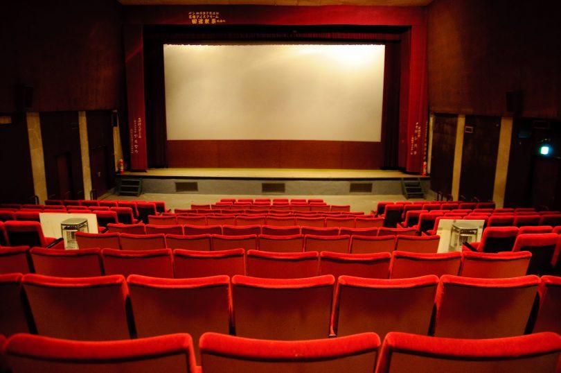 зал кинотеатра с красными сиденьями