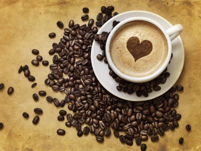 зёрна кофе и чашка с кофе
