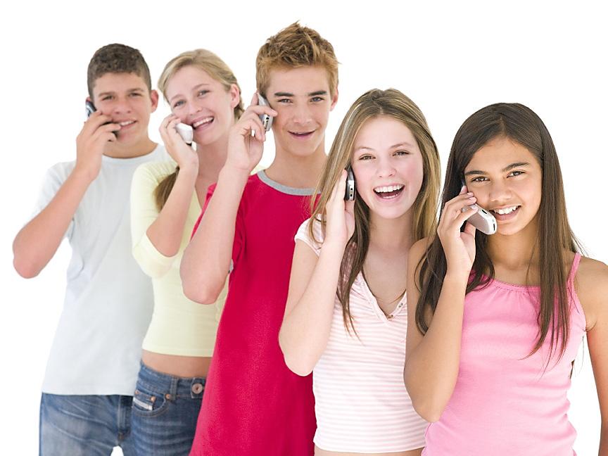 пять человек с телефонами