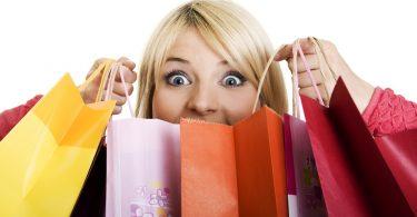 девушка держит пакеты с покупками