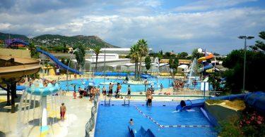 бассейн и горки в аквапарке