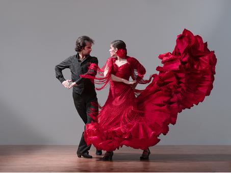 женщина в красном платье и мужчина в черном костюме