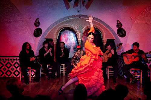 танцовщица фламенко и музыканты