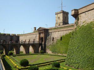 фасад  замка в плюще