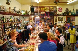 посетители тапас-бара в Барселоне на барной стойке
