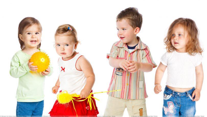 4 ребенка на белом фоне