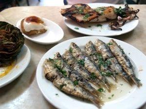 рыба в масле на тарелке