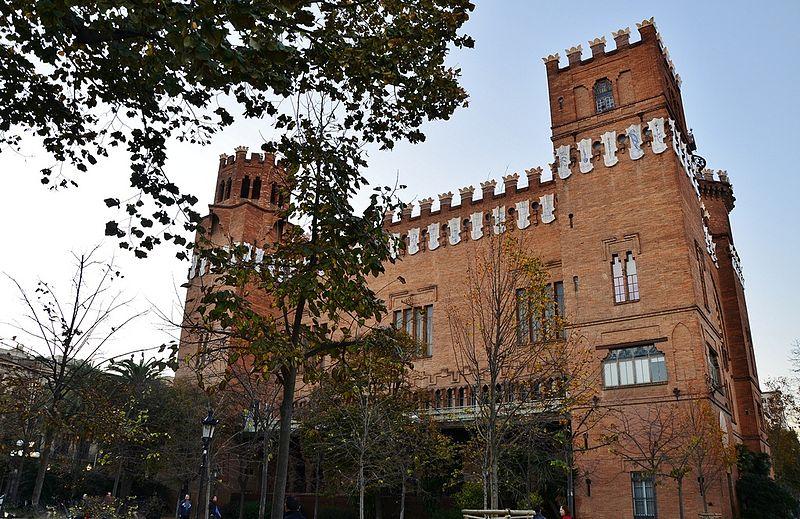 замок трех драконов в Барселоне