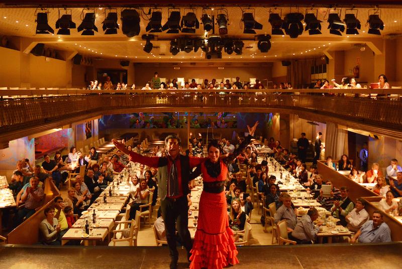танцоры фламенко напротив зала с гостями