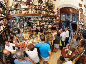 множество людей в тапас-баре в Барселоне