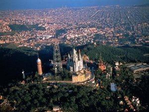 гора Тибидабо с церковью и видом на Барселону