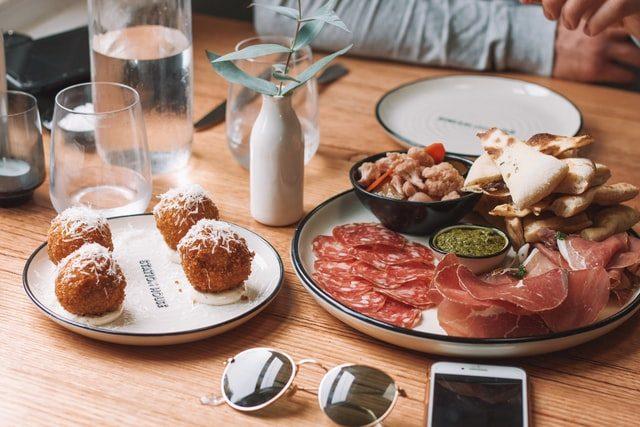 блюда, очки и телефоны на столе