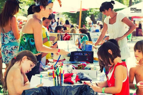 взрослые и дети на пикнике
