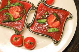 блюдо из помидоров в квадратной тарелке