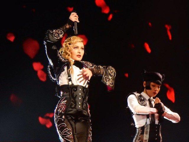 Мадонна и два танцора на сцене