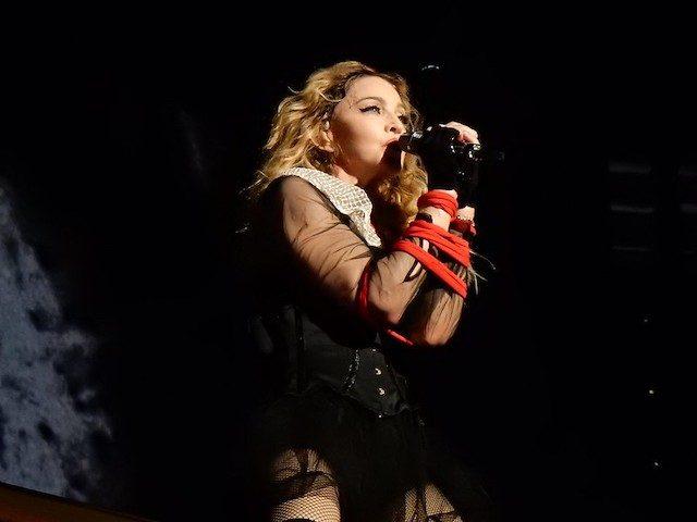 Мадонна поет в микрофон