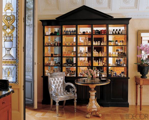 кресло, кофейный столик и винсажный сервис
