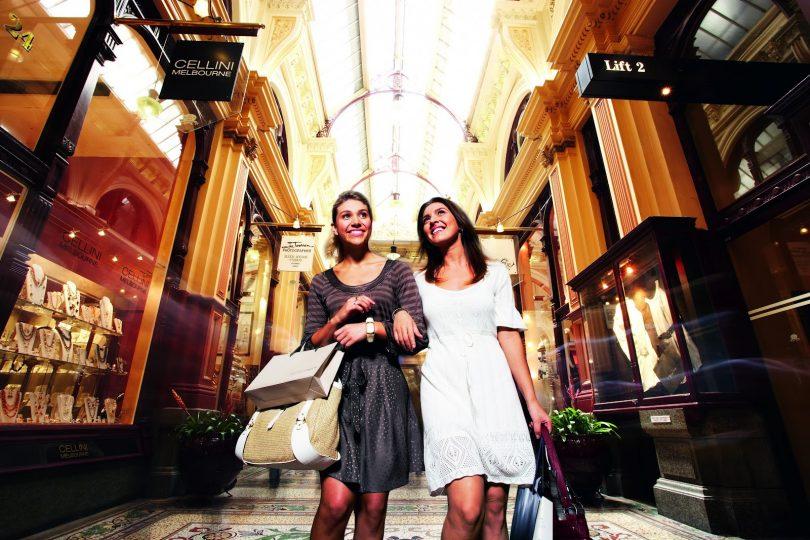 две женщины на шоппинге