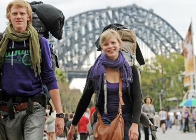 мужчина и женщина с рюкзаком