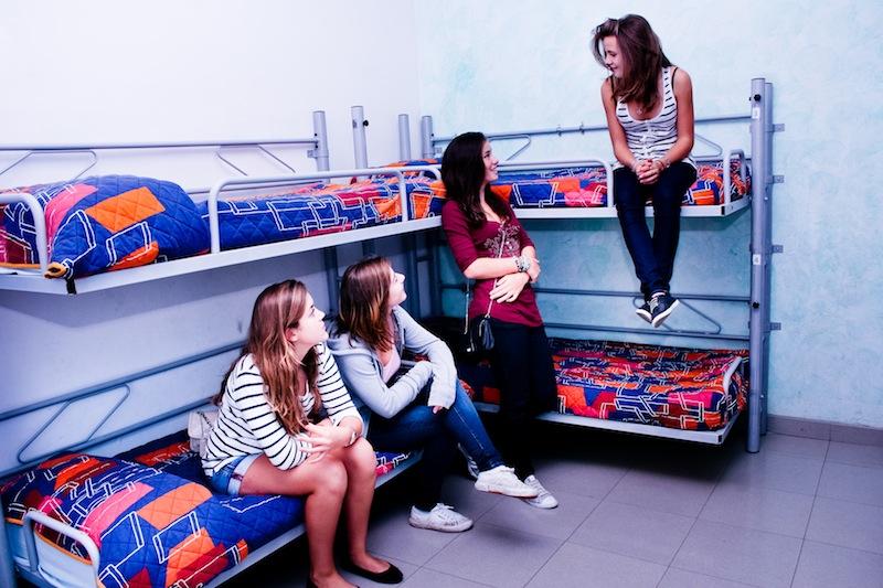 4 девушки в хостеле