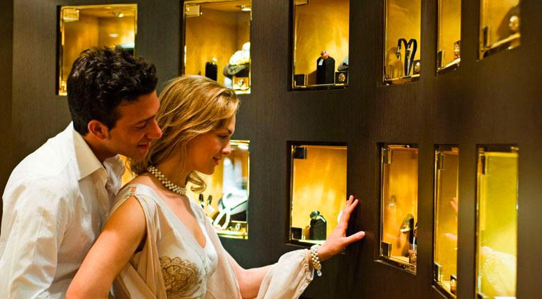 мужчина и женщина смотрят на прилавок с ювелирными изделиями