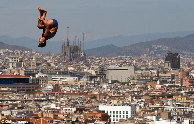 прыжок участника чемпионата мира на фоне Барселоны