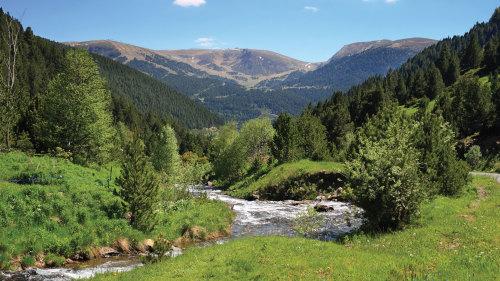 долина и река в горах