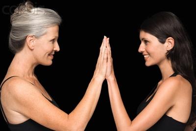 две женщины прикладывают ладони