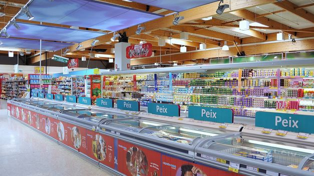 прилавки в супермаркете Caprabo в Барселоне