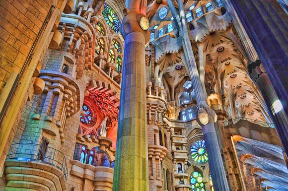 разноцветные цвета на колонах, окнах и стенах