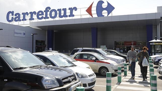 вывеска супермаркета Carrefour и парковка