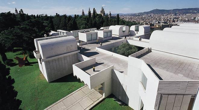 Вид сверху на Фонд Жоана Миро в Барселоне