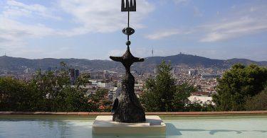 Скульптура на фоне Барселоны в Фонде Жоана Миро