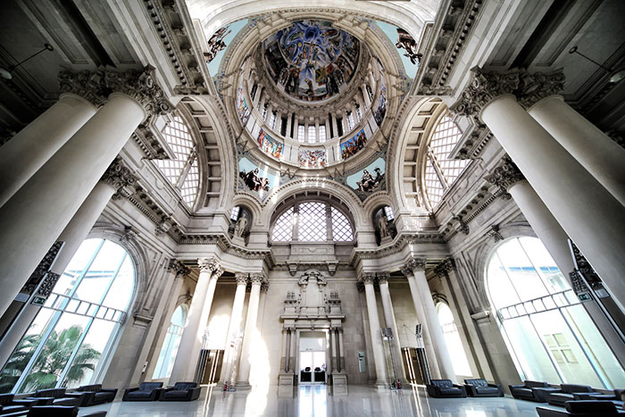 колонны и купол здания