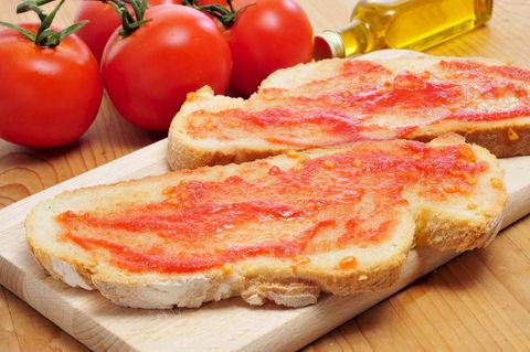 хлеб с тёртым помидором и помидоры