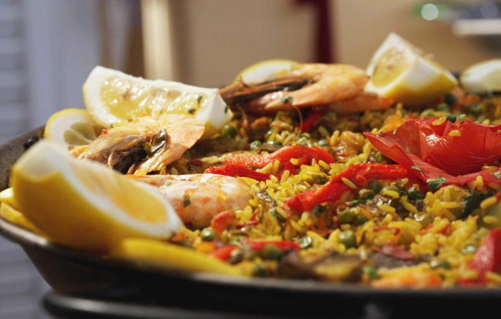 паэлья с морепродуктами и лимоном