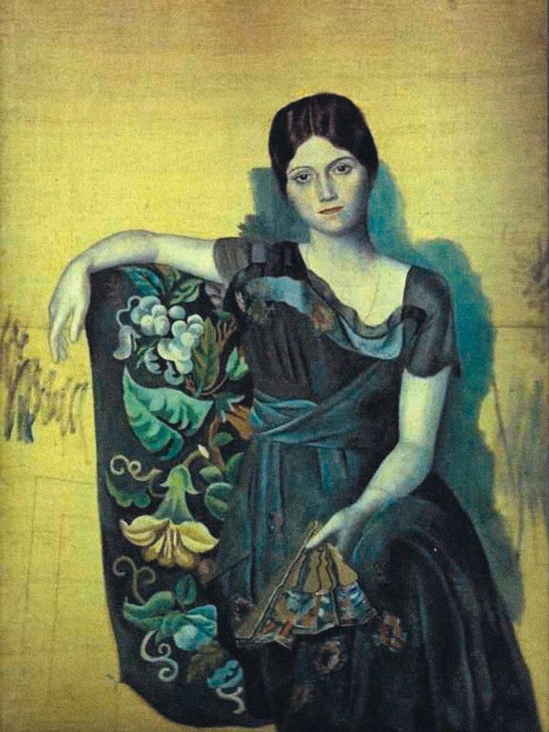 портрет Ольги Козловой сидящей на кресле