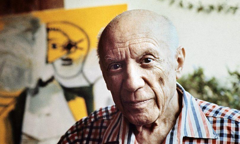 портрет Пикассо на фоне его картин
